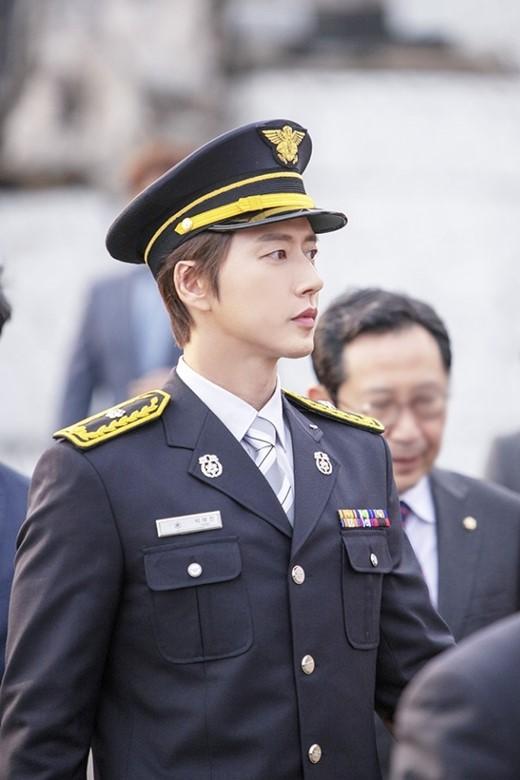 朴海镇当选荣誉消防员 帅气制服