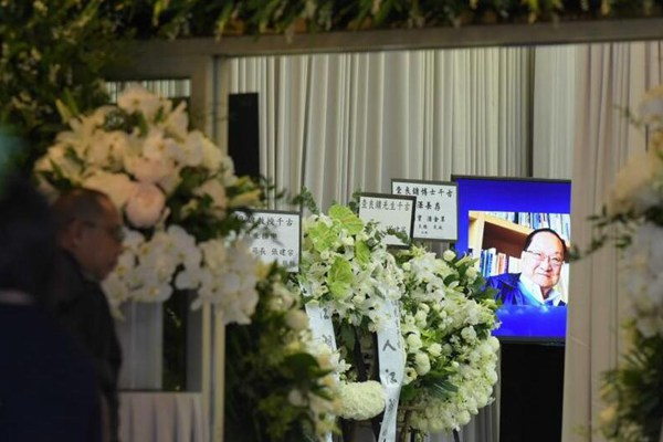 作家金庸的私人丧礼在香港殡仪馆举行