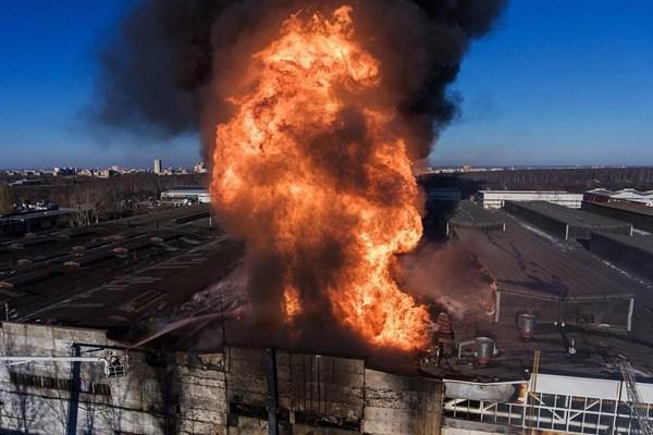 俄罗斯一打火机油生产厂起火 现场烈焰熊熊