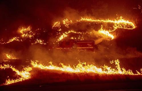 南加州山火原因查明?一电力公司曾称变电箱有状况 2分后冒山火