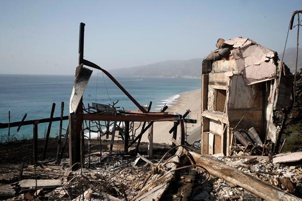 加州山火已致42死超200人失踪