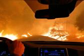 惊魂一刻!美国加州居民驾车逃离火海