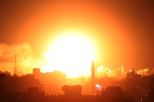 以色列空袭加沙多个目标 哈马斯电视台被击中形成火球
