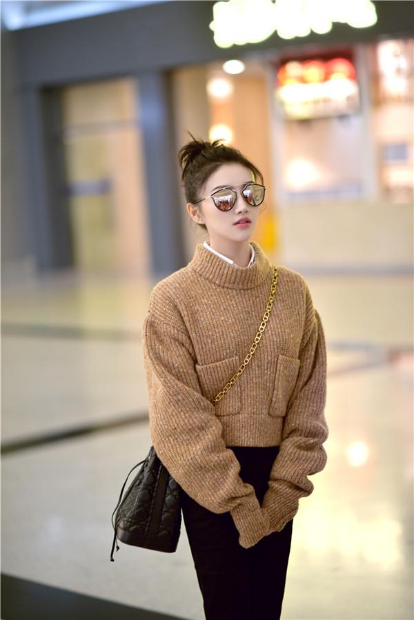 景甜丸子头现身机场 网友:大甜甜又瘦啦!