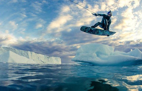 震撼!俄极限运动员格陵兰冰川上跟着拖船冲浪