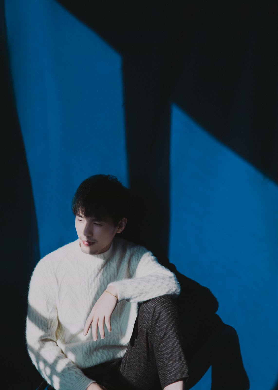白宇身着ANZHENG 2018冬系列白色针织毛衣温暖亮相