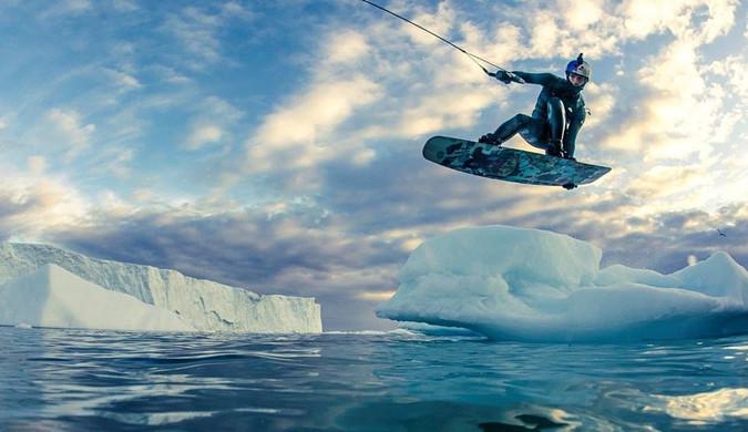 俄极限运动员在格陵兰岛冰川上玩滑板做特技