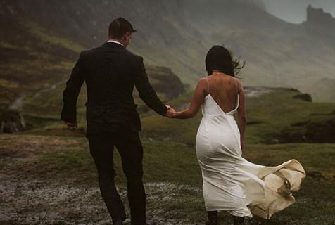 美情侣风雨泥泞中拍婚纱照 荒野环境展现原始美