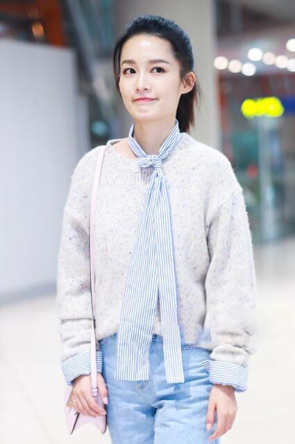 28岁李沁穿白毛衣系蓝领带,瞬间嫩回娘胎了,网友:跟邓伦很配
