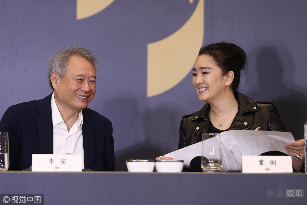 李安出席金马奖记者会 巩俐黑色眼妆超霸气