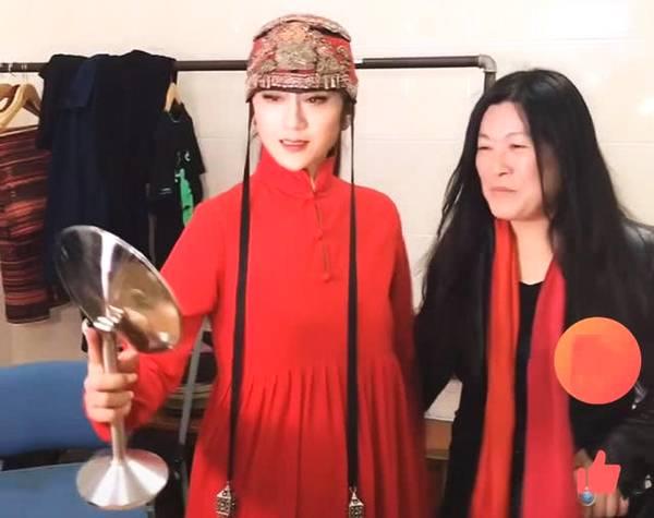 粉丝后台与女神合影,杨丽萍老师自己打光,对美的追求不分年龄