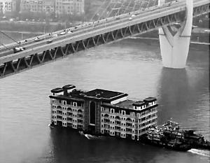 5层大楼江上漂?原是餐饮船搬家