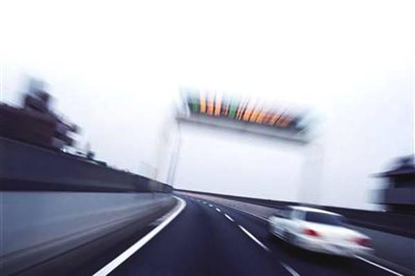 高速狂飙时速188公里被吊销驾照