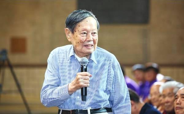 96岁杨振宁 提一尖锐问题让清华教授哑口无言