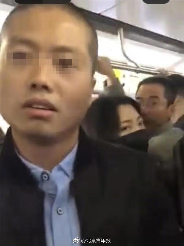 网传北京地铁一男子纠缠女乘客 警方:系精神病患者,已送医