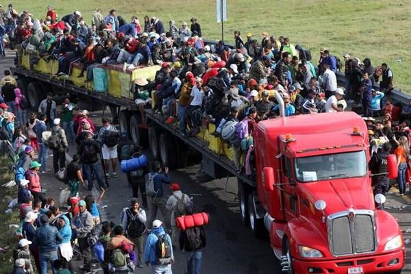 中美洲移民搭车北上向美挺进 车顶密密麻麻坐满人