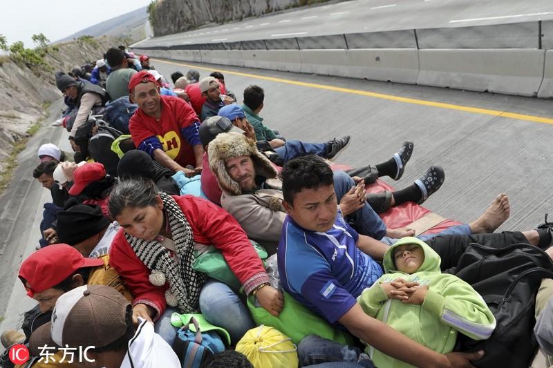 中美州移民搭车北上向美挺进 车顶密密麻麻坐满人