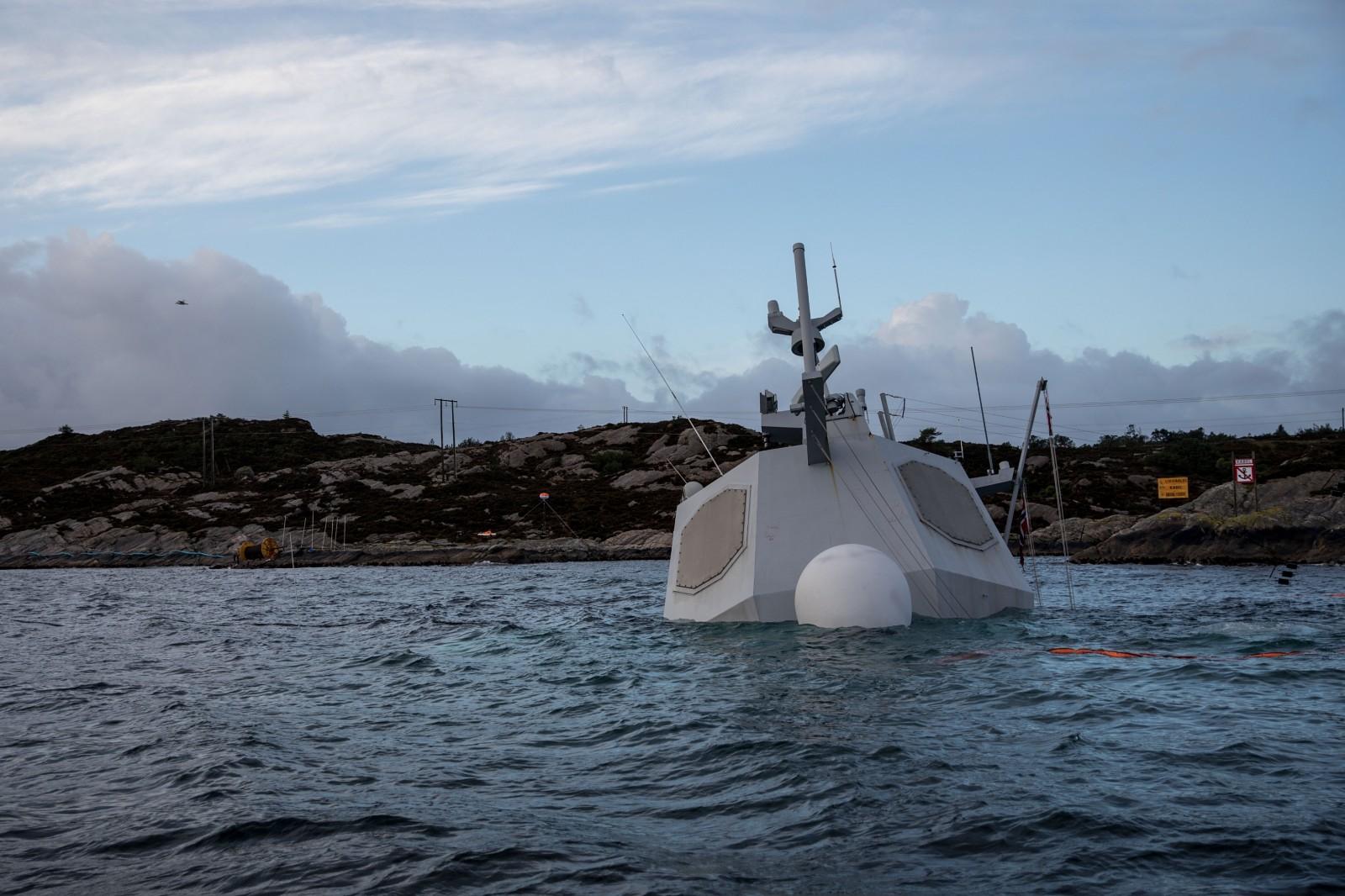 史上第一艘宙斯盾舰非战沉没,挪威海岸边形成大片污染区