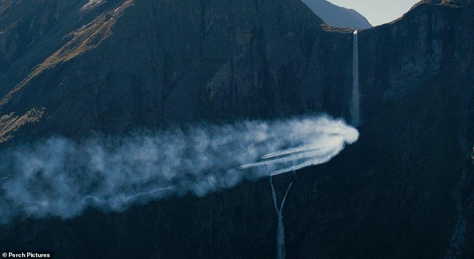 """瑞士""""鸟人""""自制喷气式机翼翱翔挪威峡湾上空"""