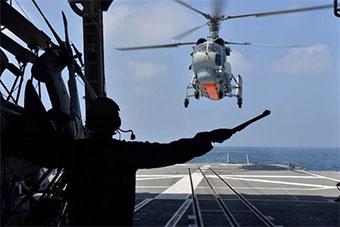 日俄两国海上演练 俄卡27直升机降落日驱逐舰