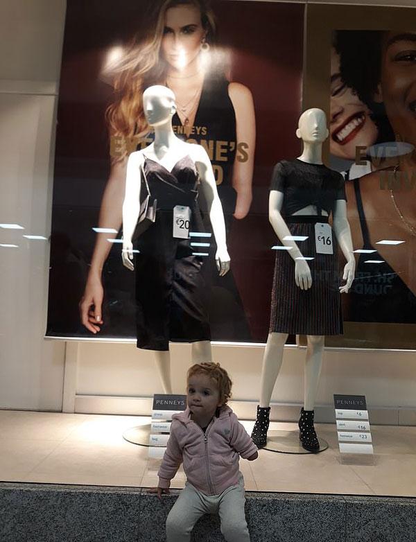 感动!爱尔兰缺臂女孩与同缺陷模特海报合影