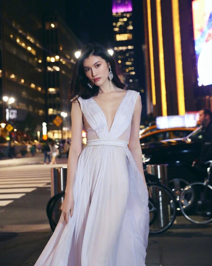 何穗维密晚宴后纽约街头拍美照 一袭白裙冒寒奔跑仙气足