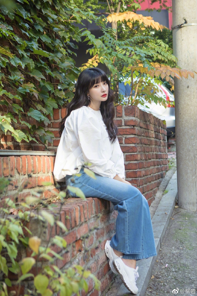 柳岩白衬衫牛仔裤学生气十足 星星耳环亮眼清新甜美