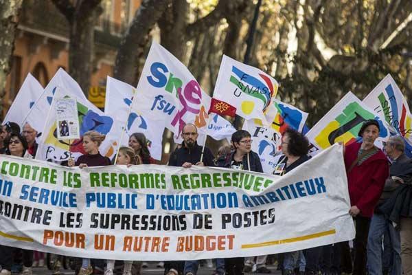 法国教师街头游行示威 反对政府裁员