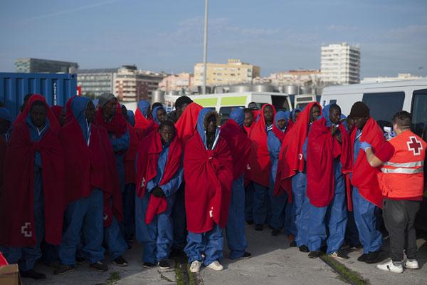 危难之时伸援手!176名移民在西班牙马拉加获救