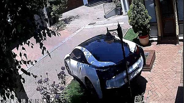 事大了!房屋看管员开房主豪车倒车时不慎撞墙