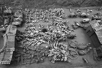 中国出土2100年前的迷你兵马俑