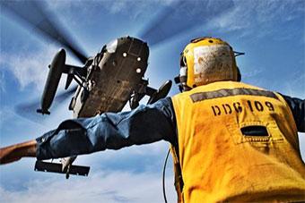 美国陆军直升机降落美海军驱逐舰上