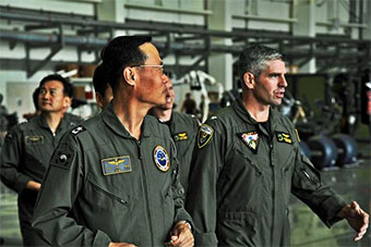 韩登上驻日美军P8反潜机参观