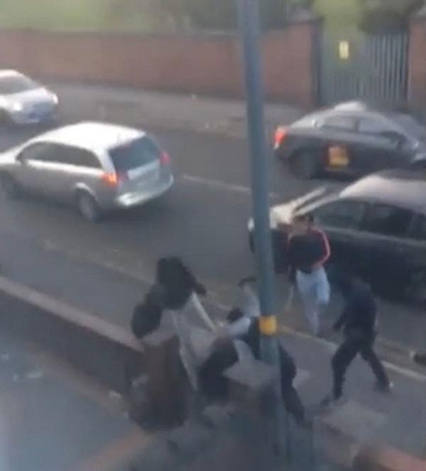 惊恐!英歹徒街道上公然持长刀铁锤毒打一男子