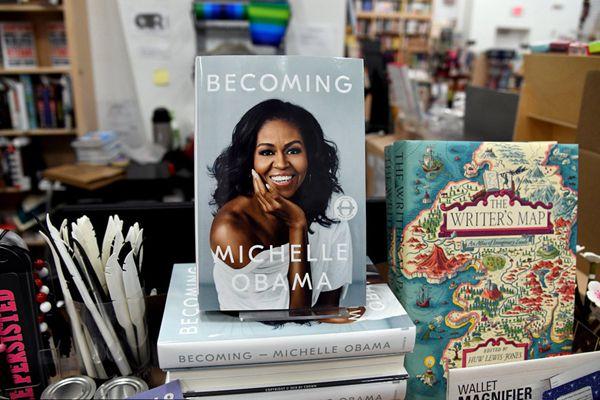 美国前第一夫人米歇尔新书《成为》问世 成美媒关注焦点