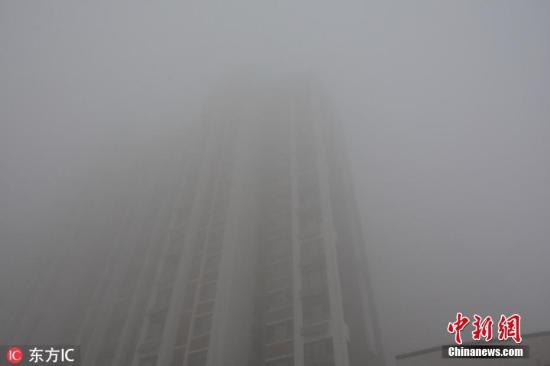 河北连续发布大雾橙色预警 全省大部分高速关闭