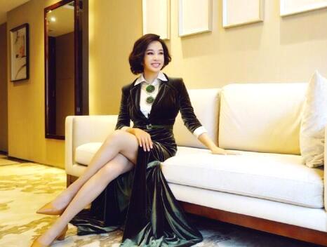 刘晓庆近照曝光 身材苗条大秀美腿
