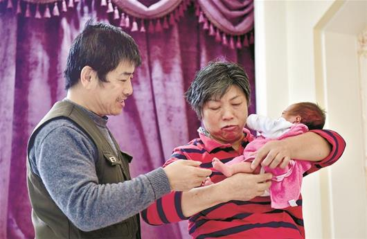 爱子骤然离世击倒夫妻,59岁女子怀孕35周再当妈!