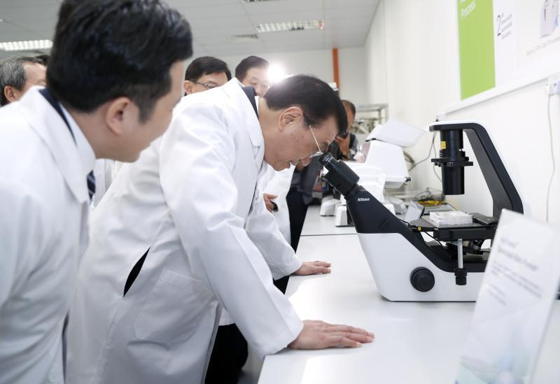 李克强密集外事间隙抽空考察新加坡最新癌症疗法