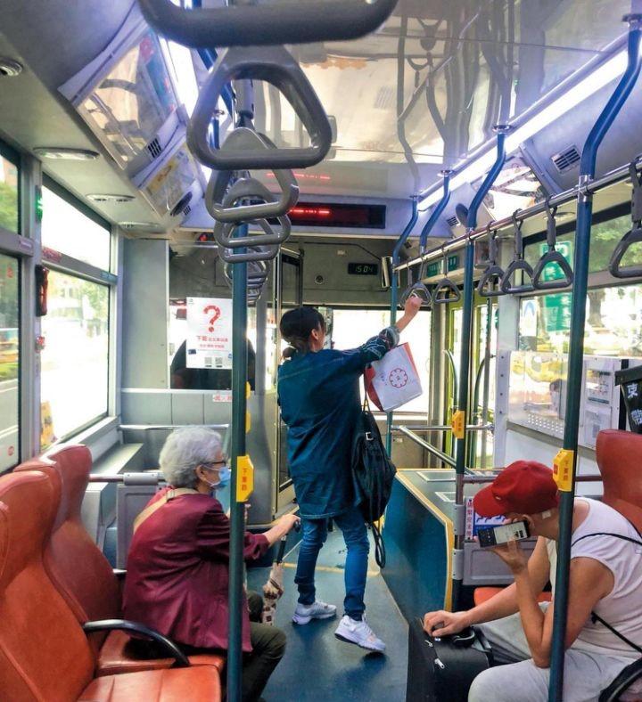 陈意涵挺孕肚独自坐公交 低头玩手机不看路
