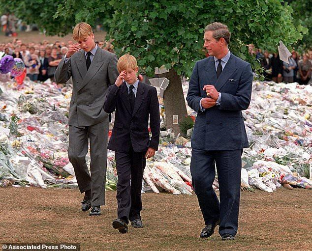 王室曝光查尔斯罕见生活照,真是一个好父亲!小时候颜值竟这么高