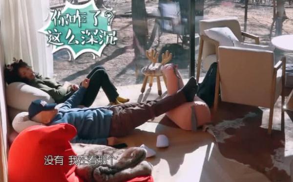 王珂白天搂老婆睡觉,谁注意到刘涛手在何方?网友:大白天撒狗粮