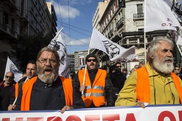 希腊公务员罢工游行 要求提高薪资待遇