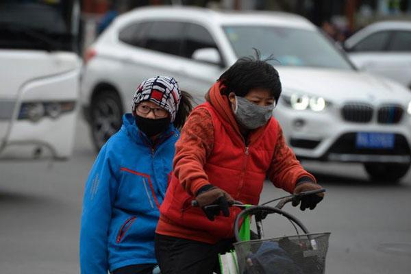 内蒙古多地出现空气污染 市民戴口罩出行