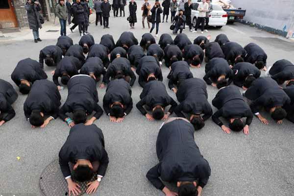韩国迎来高考首日 后辈跪地磕头祝福考生一切顺利