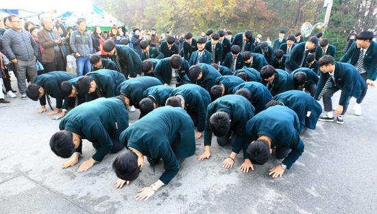 """韩国高考日:后辈跪地磕头助威 高喊""""学长不复读"""""""