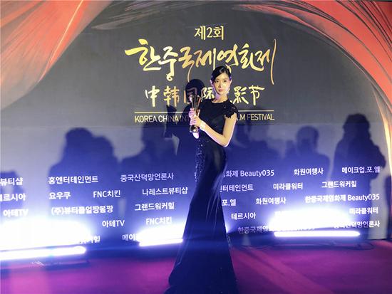克拉拉出席中韩国际电影节 斩获中韩明星奖