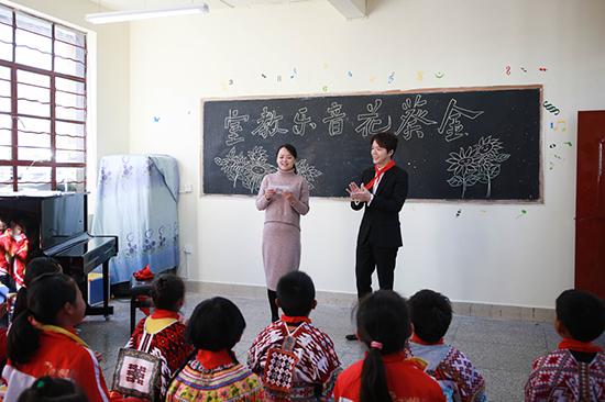 李云迪探访云南乡村小学  助力乡村教育