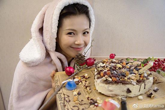 刘涛搞怪自拍 自制生日蛋糕投喂剧组同伴