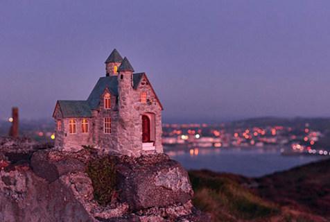 英海岛一夜间惊现众多神奇微型小屋